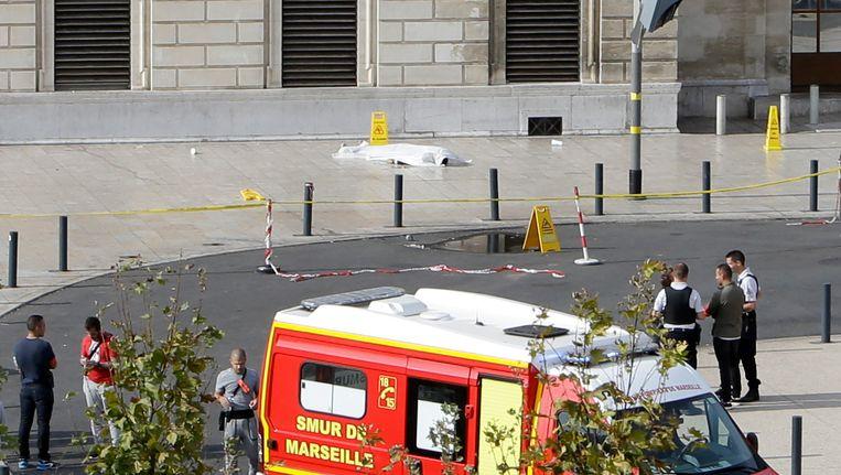 De politie schoot de aanvaller dood op het stationsplein in Marseille. Beeld ap