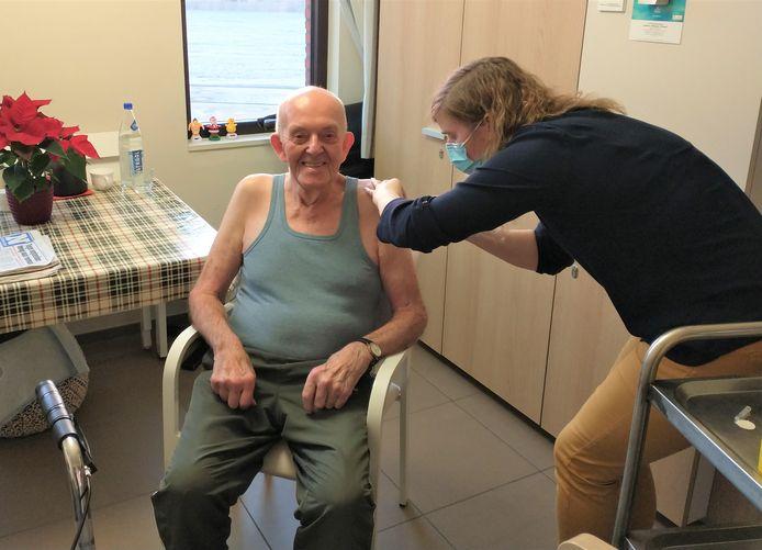 Frans Doom kreeg als eerste een prikje tegen het virus.