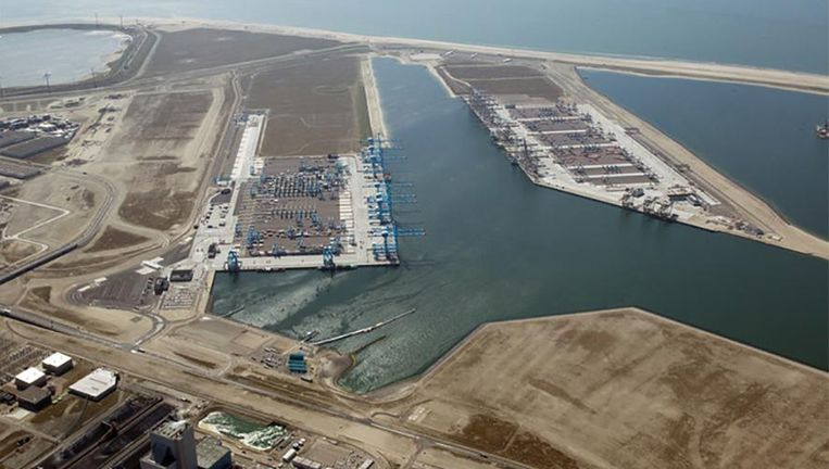 Containerterminals van APM Terminals en RWG in de Rotterdamse haven.