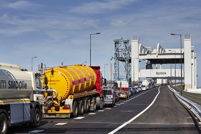 De Nieuwe Botlekbrug kampt met zoveel storingen dat de Nisseweaard geld wil zien van het Rijkswaterstaat.