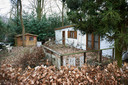 Een vervallen chalet op 'vakantiepark' de Wildhorst in Heeswijk.