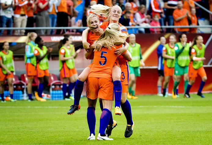 Vreugde bij de speelsters van Oranje na de overwinning op Noorwegen.