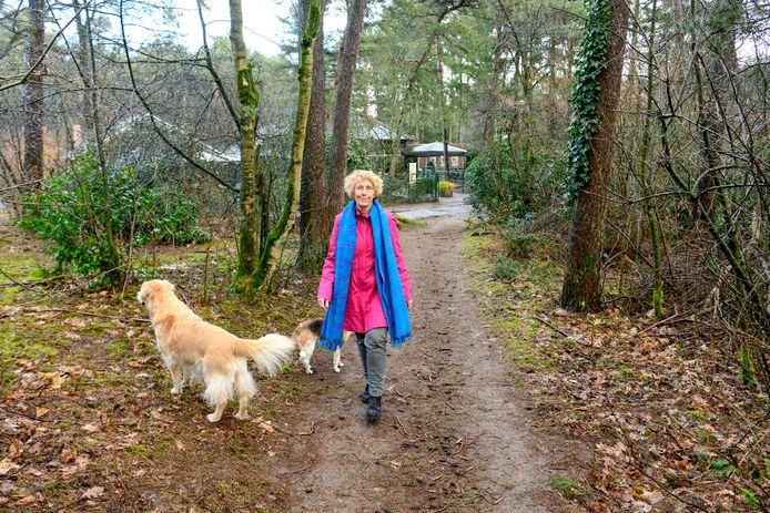 Ilse Bos organiseert dialoog- en themawandelingen in het bos bij het Joe Mann theater.