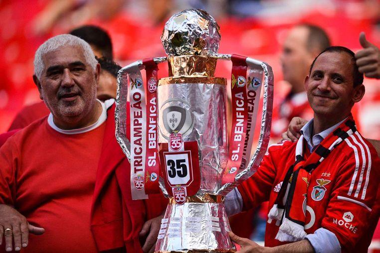 Supporters van Benfica met een replica van de beker. Beeld afp