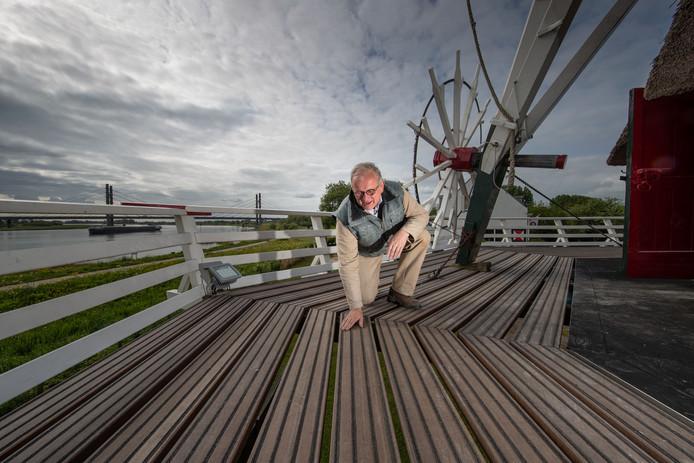 Omloop van molen d' Olde Zwarver in Kampen heeft rubberen strips gekregen voor uitglijdende molenaars, zoals Sjaak Poot.