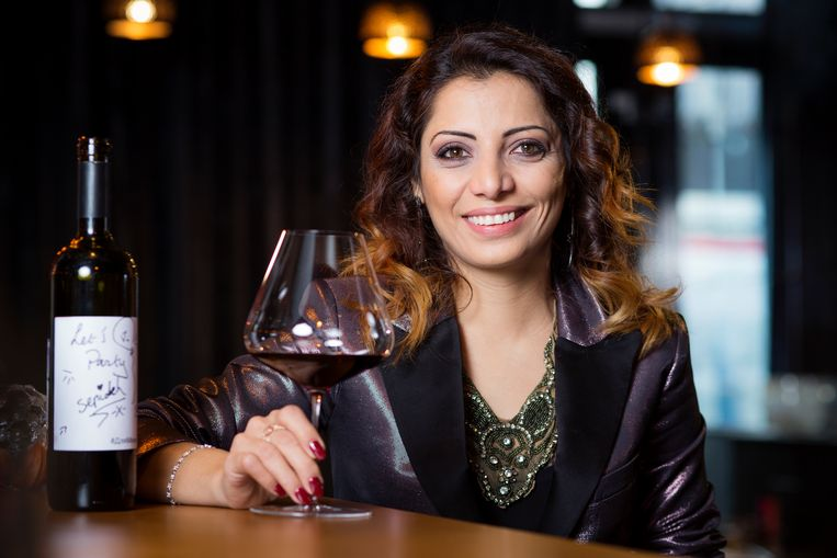 Voor wit een klein en voor rode wijn een groter glas. Hoewel de meeste mensen enkel daarop letten, komt bij de keuze van het ideale wijnglas zoveel meer kijken. Zelfs het steeltje en de glasrand zijn van belang. Sommelier Sepideh geeft advies over het perfecte wijnglas.
