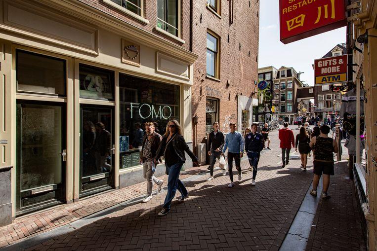 Café FOMO aan de Lange Niezel 29, waar eerst Centra zat. Beeld Maarten Brante