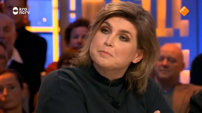 Televisierecensent Angela de Jong bij Jinek aan tafel.