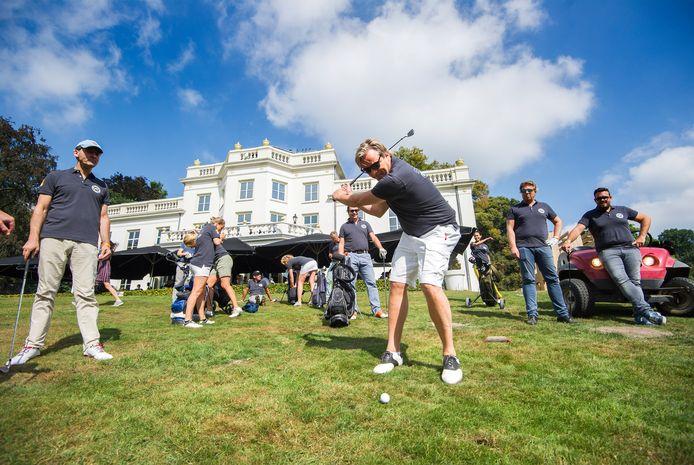 Golfen voor het goede doel op een tijdelijk uitgezette golfbaan in Park Sonsbeek.