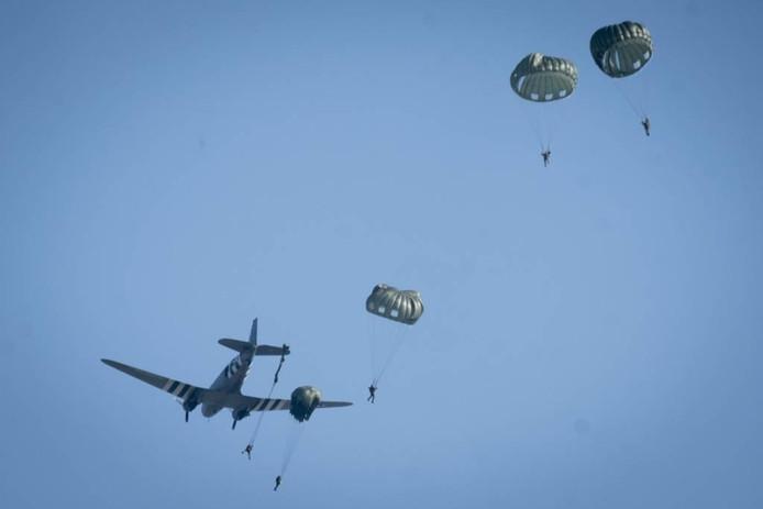 Een veertigtal para's, verdeeld over twee vluchten, springt bij Heteren uit een oude Dakota.