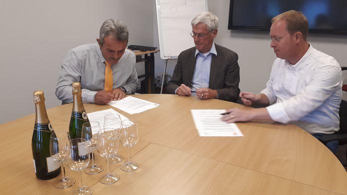 Ad van Poelje van Take 5, voorzitter Frans de Vos van SBBW en Martijn Meerman tekenen de overeenkomst waarin Take 5 zich bereid verklaard sponsoring te genereren.