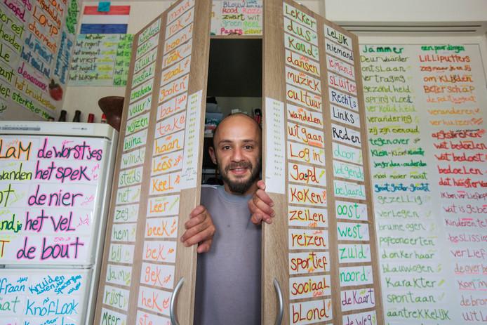 Zelfs aan de binnenkant van de kastdeuren van Hasan Fakhane hangen woordjes Nederlands.