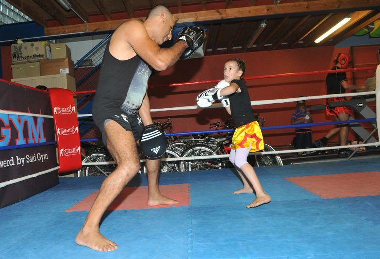Hier, pak aan! Dounia deelt een slag uit aan haar trainer.