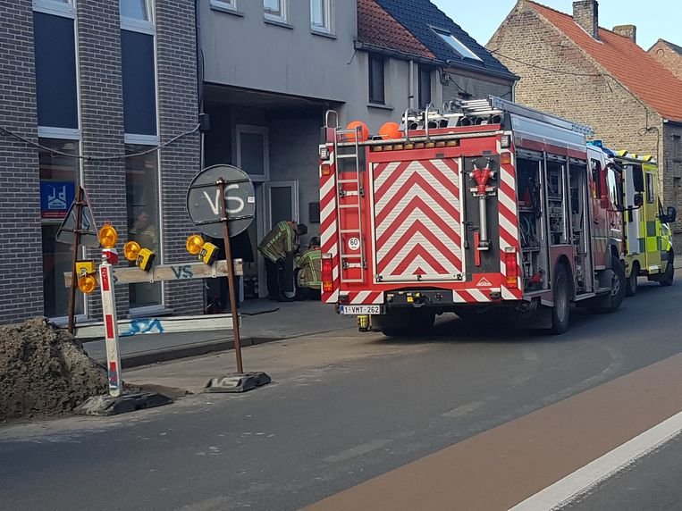 De brandweer maakt de toegangsdeur open.