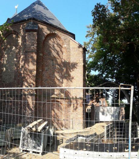 Bouw van grafkelder stilgelegd uit vrees voor schade aan pas gerestaureerde kerk op Eiland van Nederhemert