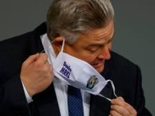 """Un député """"corona-sceptique"""" au masque troué a été contaminé et hospitalisé"""
