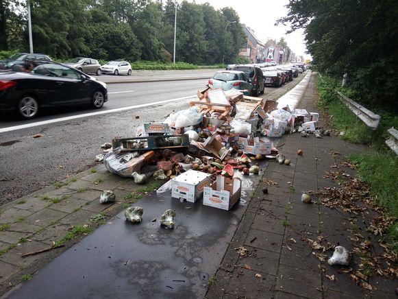 De gigantische afvalberg verspert het volledige fietspad.