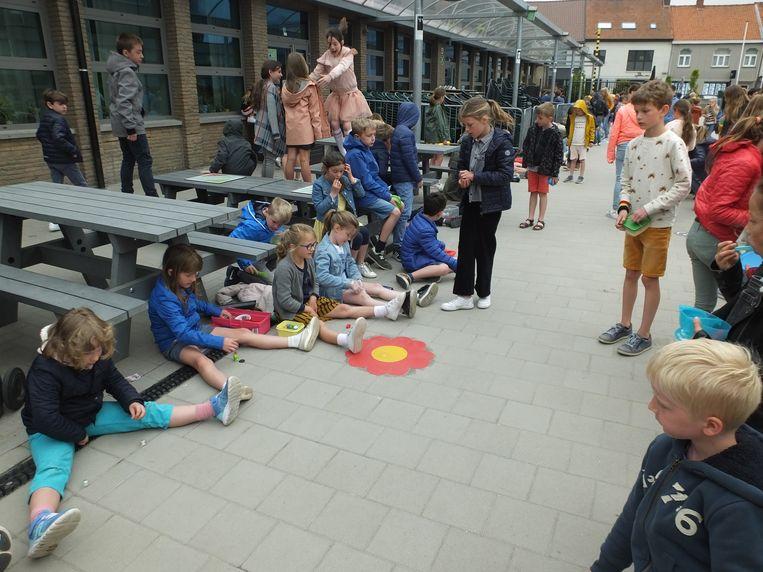 Knikkeren is een populaire bezigheid op de nieuwe speelplaats van de Potloodschool.