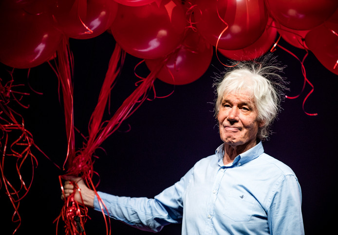 Paul van Vliet krijgt 300 ballonnen overhandigd tijdens zijn 300ste voorstelling in Carré.