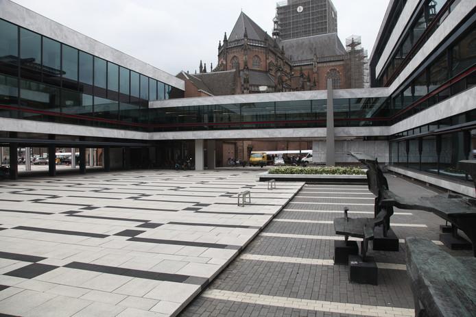 De binnenplaats van het stadhuis in Arnhem. Op de achtergrond de Eusebiuskerk.