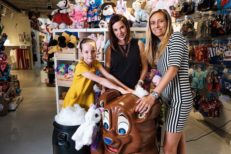 Bij Kim Noblesse (zwart) en Nathalie Boxberger van speelgoedwinkel Bibaloe kunnen kinderen zelf een knuffelbeer maken. Vandaag kwam Cleo langs.