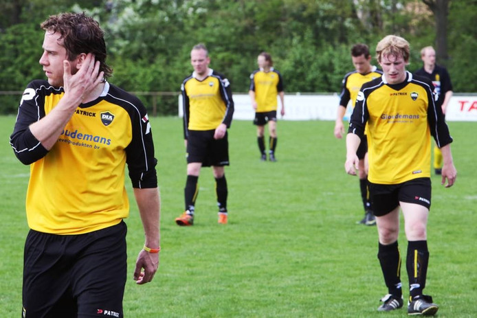 e spelers van DIA druipen af na de 1-3-nederlaag tegen Veerse Boys. Links vooraan loopt Gijs Pheninckx. foto Ramon Mangold/het fotoburo