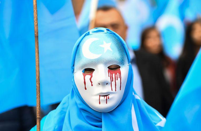 Een protestmars voor de sluiting van de heropvoedingskampen. Demonstranten roepen de EU op om de mensenrechten af te dwingen in Xinjiang.