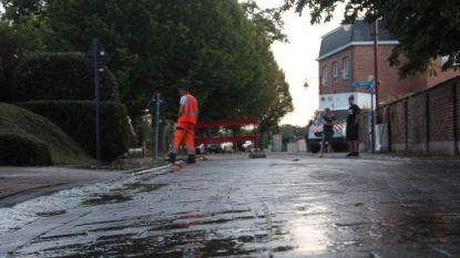 Water borrelt op uit straat en voetpad op Bambruggedorp