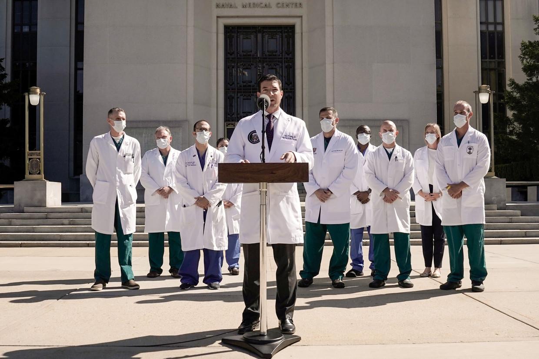 Sean Conley, de lijfarts van Trump, doet verslag van de gezondheidstoestand van de president.  Beeld Reuters