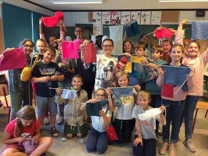De kinderen en juf Fien van het vijfde leerjaar van Go! Basisschool Molenveld in Denderhoutem namen met hun breiproject 'Molenveld onder de wol' deel aan de Warmste Week.