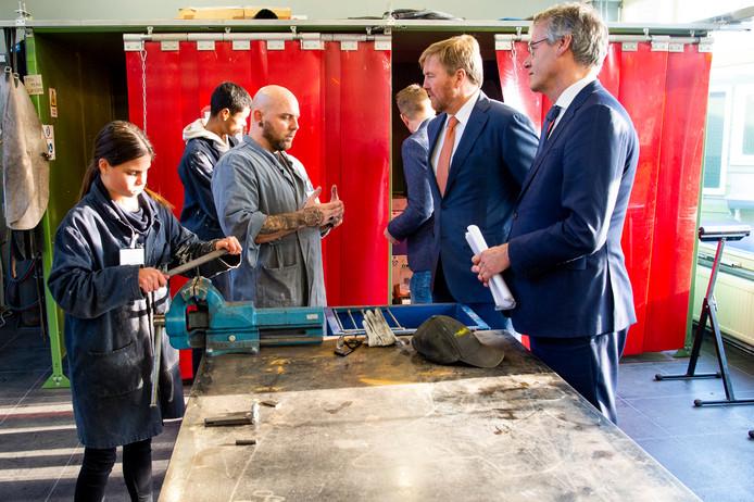 Koning Willem-Alexander en Onderwijsminister Arie Slob brachten vorige week woensdag een werkbezoek aan de prakrijkschool CVO Accent Praktijkonderwijs in Capelle aan den IJssel.