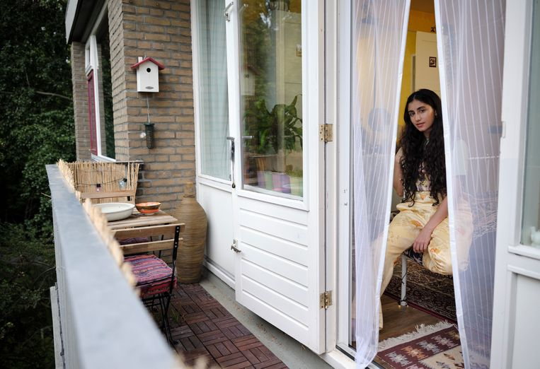 Singer-songwriter Naaz in haar flat. Beeld Erik Smits