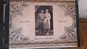De omslag van een speciaal fotoboek over het huwelijksjubileum van haar ouders, Mannes en Suze.