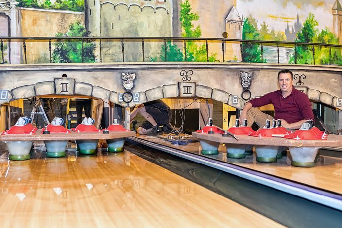 Bistro en Bowling Merlijn in Oosterhout is flink aan het verbouwen. Bas Hoedemakers (rechts in beeld) op de bowlingbaan.