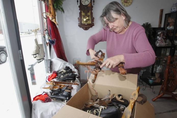 Kinderschaatsen, houtjes, noren, kunstschaatsen, bij de kringloopwinkel in Nieuwleusen liggen misschien wel zestig paar.