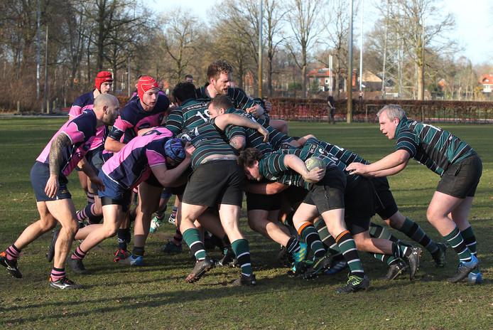 Rugbyspelers van Pickwick Players (in groen-zwart) in actie tegen Pink Panthers. De rechter vindt dat Pickwick twee velden moeten krijgen van buurman IJsselstreek. De voetbalclub is daar niet blij mee.