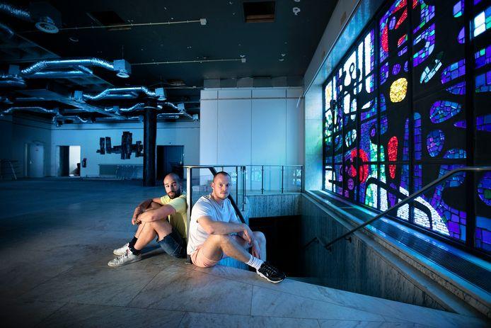 Patrick de Koning en Gianni Jorissen (rechts) in De Bank aan de Wal in Eindhoven. Hier organiseerden ze culturele activiteiten tot ze weg moesten voor de verbouwingsplannen.