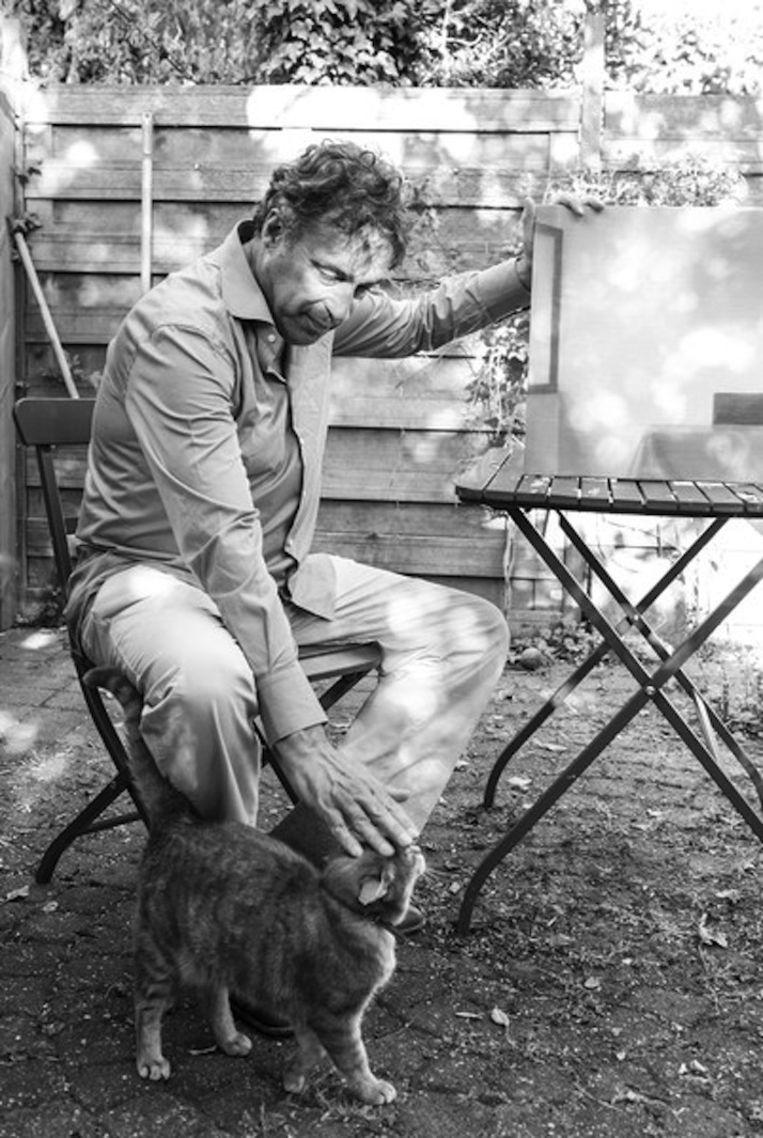 30 juni 2015, Joost Zwagerman in zijn tuin. Beeld Vera Duivenvoorden