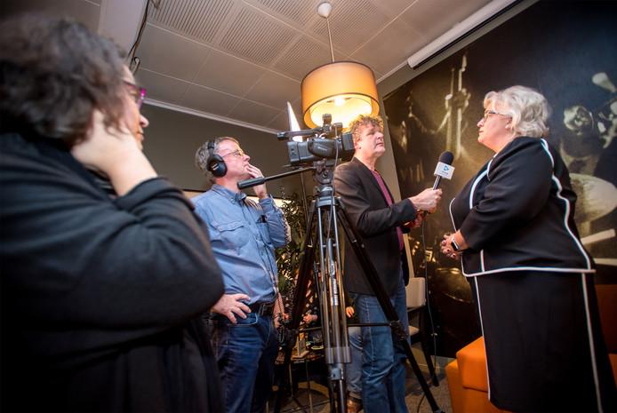 Medewerkers van Omroep Lingewaard in actie tijdens de nieuwjaarsreceptie in Bemmel.