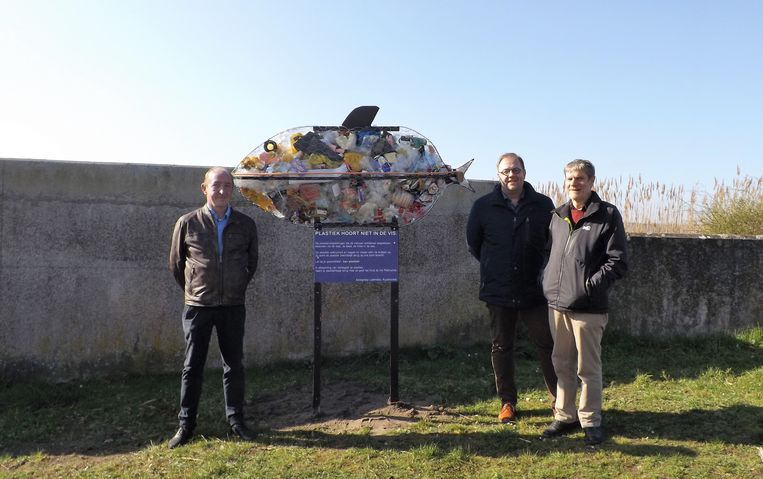 Schepen van Milieu Eddy Stoetewey (N-VA), burgemeester Tom De Vries (Open Vld) en Eddy Stuer bij het kunstwerk op de Rupeldijk.