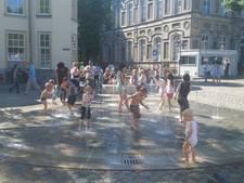 Spiegelplezier maakt plaats voor waterpret op Kasteelplein