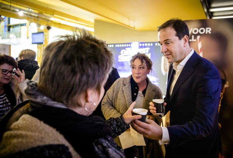 PvdA'er Asscher deelt koffie uit aan stakende onderwijzers. Beeld anp