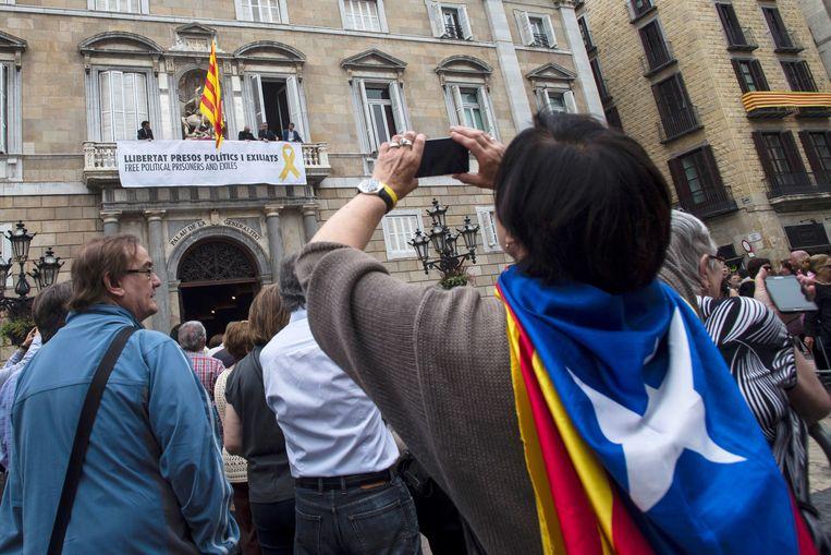 Het spandoek in kwestie aan het balkon van de Catalaanse regering in Barcelona.