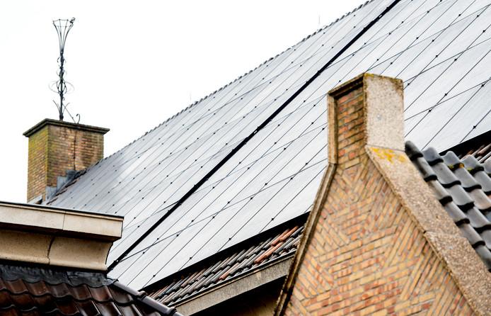 Zonnepanelen op het dak van een kerk.