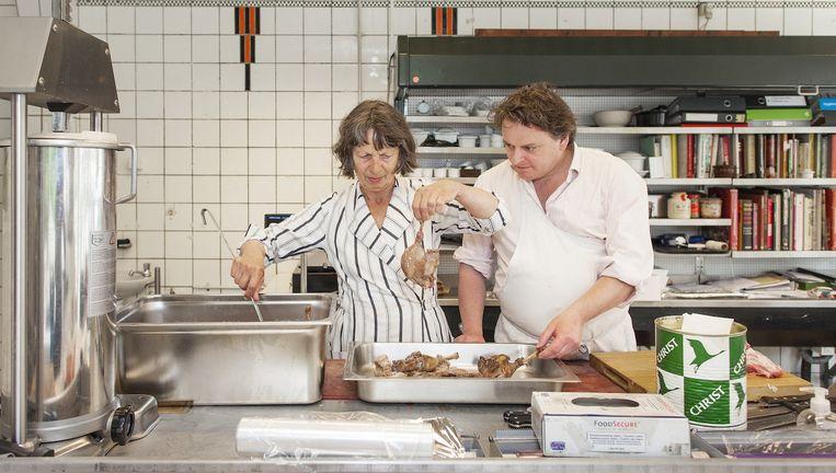 Diny Schouten (links) en Floris Bester van de Pasteibakkerij in Zuid. Beeld Marc Driessen (www.marcdriessen.com)