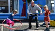 Hoelahoepen met opa,touwtrekken met oma