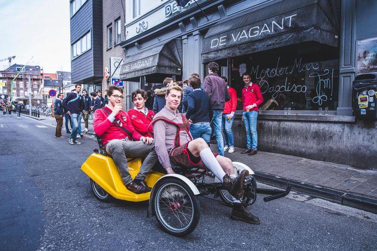 Karel De Potter brengt studenten met fietstaxi van café naar café.