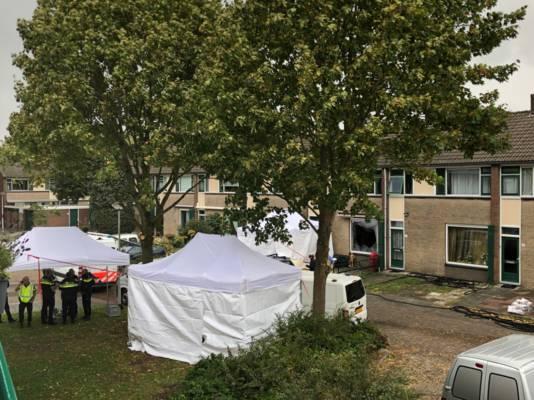 De politie doet in meerdere witte tenten onderzoek.
