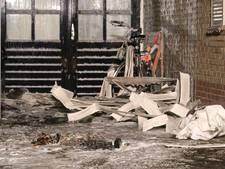 Brandweer moet plafondplaten weghalen om vuurwerkbrand te blussen