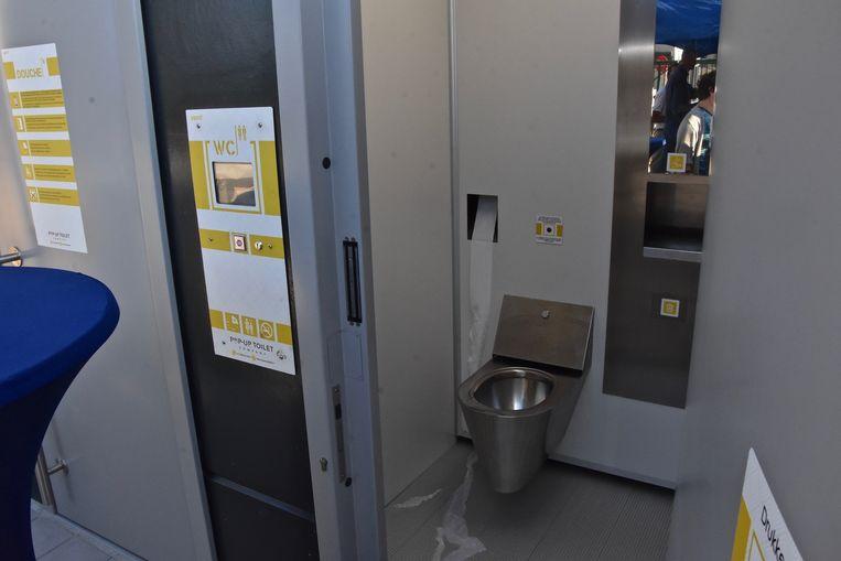 Het toilet kan zichzelf reinigen. Truckchauffeurs kunnen er gebruik van maken voor 1 euro.